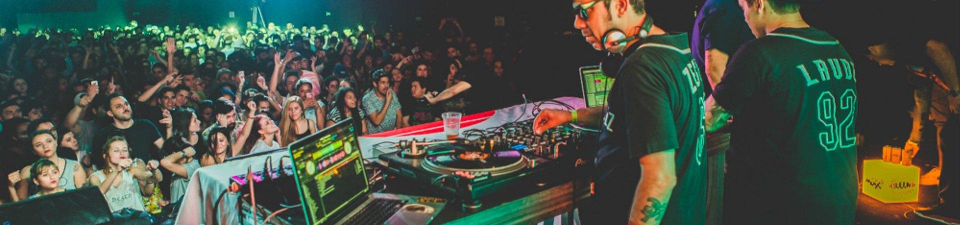 Tropkillaz faz show lotado em São Paulo com participação de Karol Conka